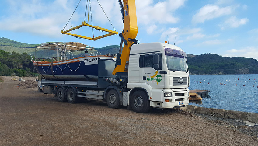 Transport von Booten auf der Insel Elba - LKW-Kran